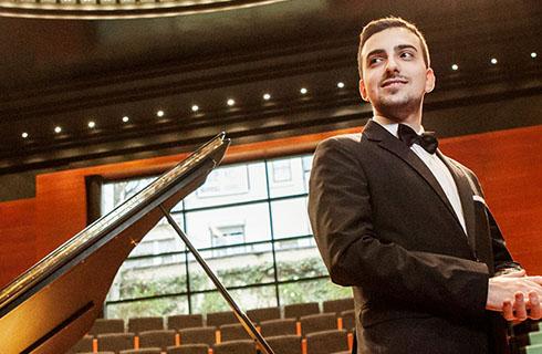 La musica del Politeama è ancora online. Il pianista Alberto Ferro in diretta streaming con un concerto dedicato a Rachmaninov